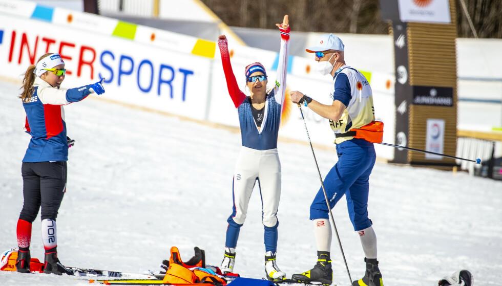 I DISKUSJON: Helene Marie Fossesholm sammen med Therese Johaug og trener Ole Morten Iversen. Foto: Bjørn Langsem.