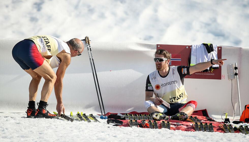 VARMT: Utfordrende smøreforhold for smøreteamet. Roy Pedersen og Tord Hegdahl tester ski på stadion. Foto: Bjørn Langsem