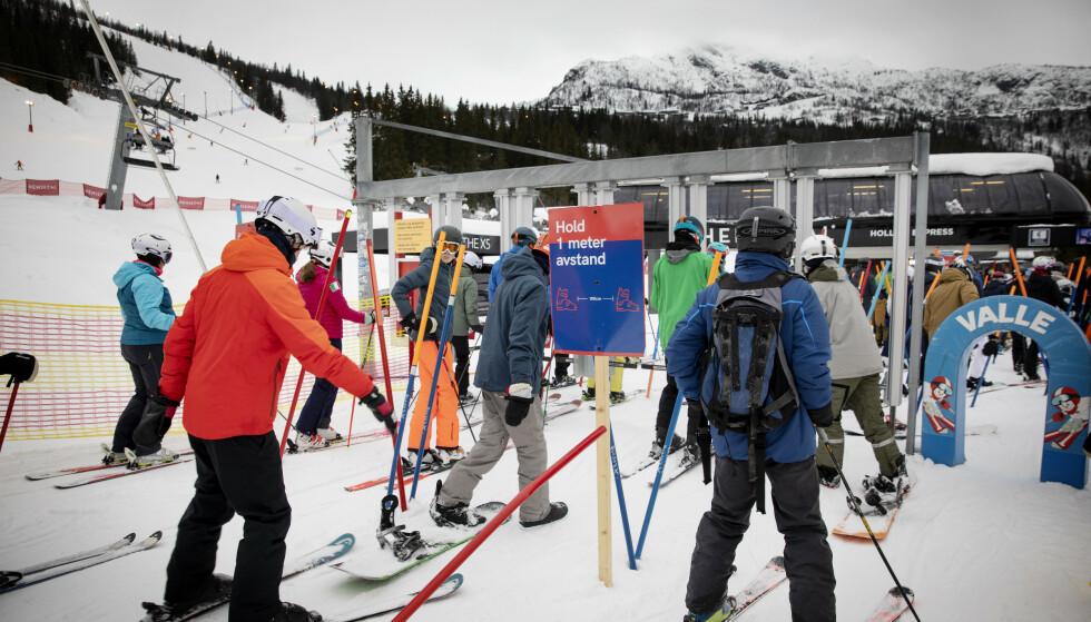 HOLD 1 METER AVSTAND: Med skilt flere steder oppfordres skigjestene til å holde avstand. Foto: Nina Hansen / Dagbladet