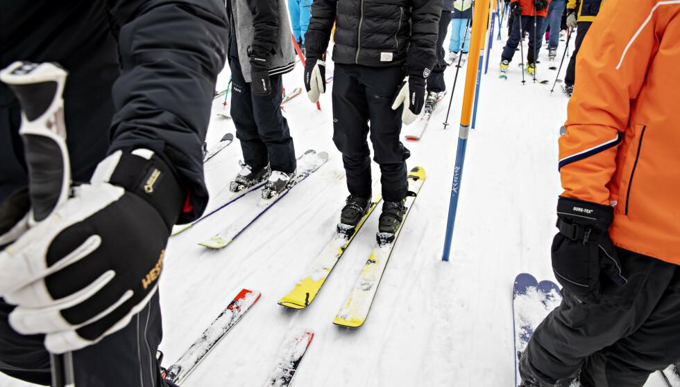 PINNER: Køen til stolheisen er godt markert for å skape avstand. Foto: Nina Hansen / Dagbladet