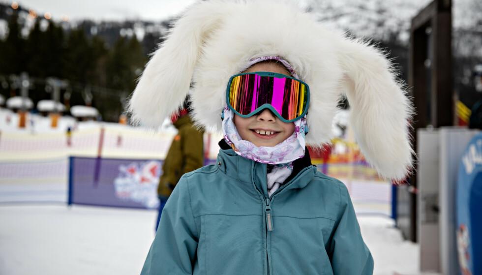 KLAR FOR BAKKEN: Isabell (8) på vei til skiheisen. Foto: Nina Hansen / Dagbladet