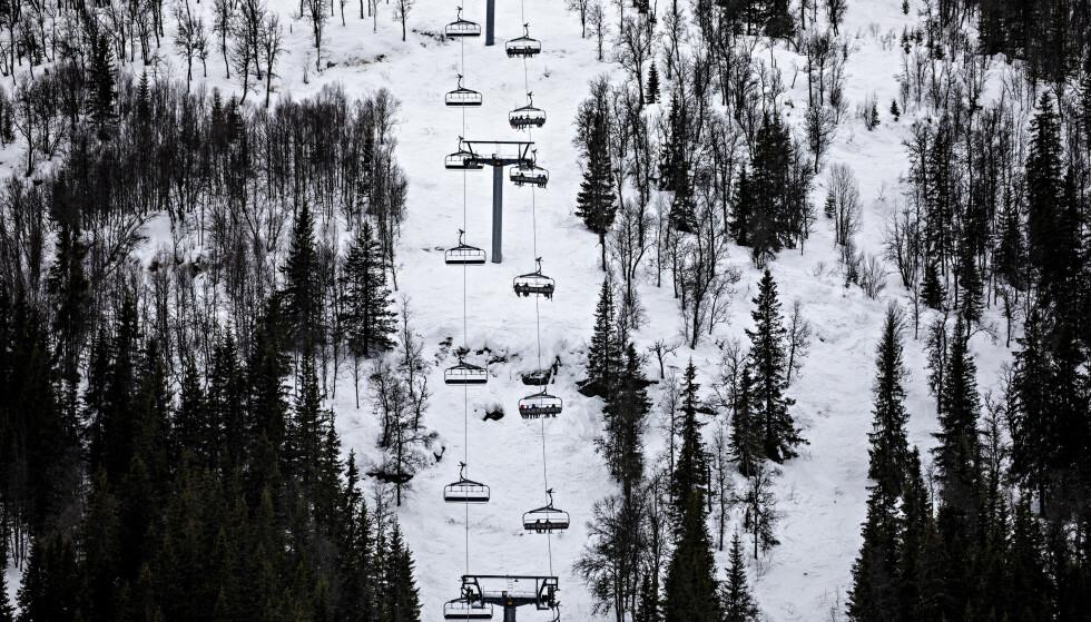 PÅ VEI OPP: Like fort som folk forsvinner av gårde i skiheisen, fylles køen opp igjen. Foto: Nina Hansen / Dagbladet