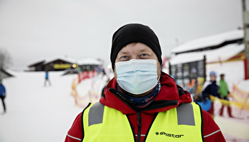 CORONAVAKT: Vanligvis jobber Skistar-ansatt Sindre Kvaale med drift, men i dag er han satt inn som såkalt coronavakt ved skiheisen. Foto: Nina Hansen / Dagbladet