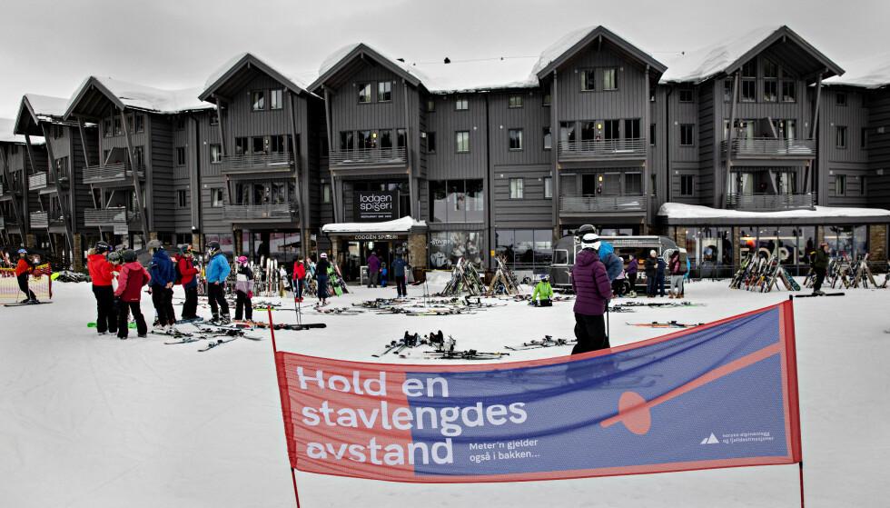 STAVLENGDE: Hold en stavlengdes avstand, er oppfordringen på skisenteret. Foto: Nina Hansen / Dagbladet