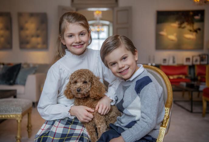 MED LILLEBROR: Prins Oscar og familiehunden Rio er også med på et av bildene. Foto: Kate Gabor / Det svenske hoffet
