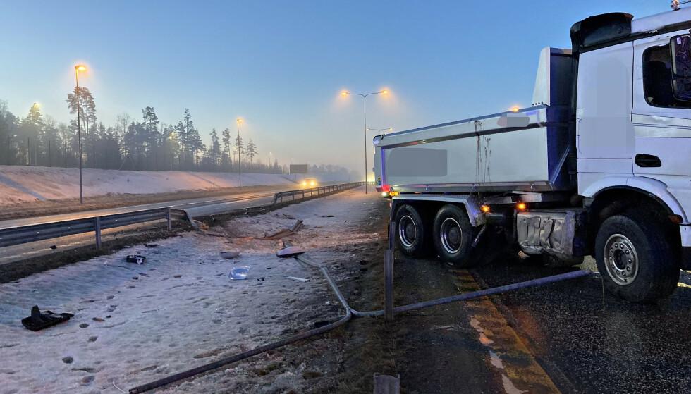 GLATT: En lastebil kjørte i autovernet på E18 ved Horten. Foto: Vestfold interkommunale brannvesen