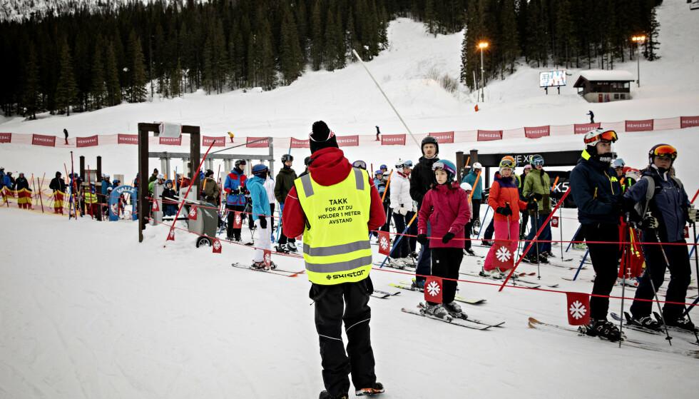 KØ: Køen til skiheisen er ikke like lang som kan være, forteller coronavakt Sindre Kvaale. Foto: Nina Hansen / Dagbladet