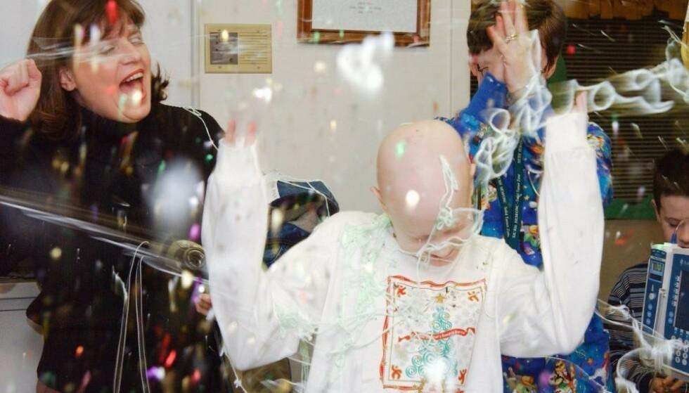 FEIRET: Her feirer Haley og familien at hun skal avslutte cellegiftbehandlingen tilbake i 2002. Foto: St. Jude Children Hospital