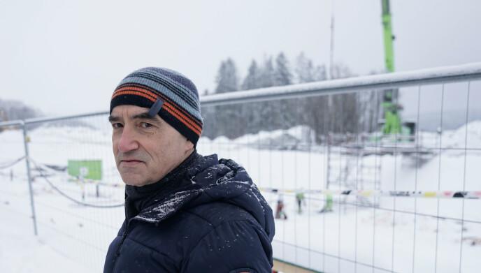 VI HA STOPP: Kasper Nordmelan forteller at han har 35 år i anleggsbransjen. Han mener rekkefølgen på anleggsarbeidene i Vestvang andre byggetrinn er feil og bidrar til et mer usikkert område. Foto: Øistein Norum Monsen/Dagbladet