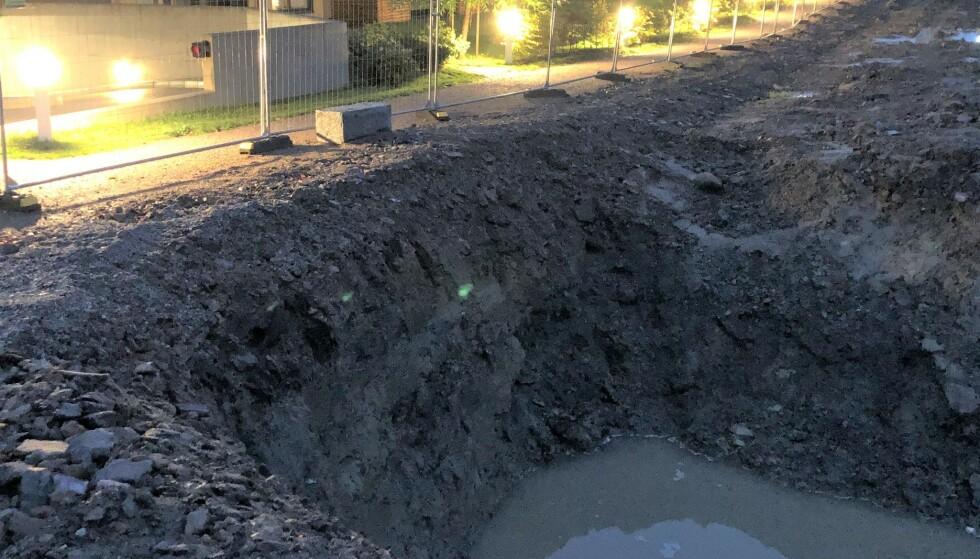 7.oktober 2020: Gravearbeidene til Vestvang 2 startet med denne loddrette grøfta, til tross for prosjektering av slake skråninger. Da Vestvang sameie påpekte det uheldige i denne måten å grave på, ble det umiddelbart stanset av entreprenør. Foto: Privat.