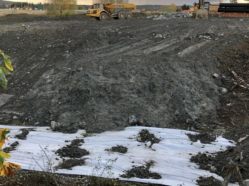 11. oktober 2020: Bildet viser bløte masser som dozes ut på høy endetipp fra skåningstopp. Etter «boka» skal stabiliserende motfyllinger bygges lagvis nedenfra med maks 2 meter høydeforskjeller. Foto: Privat.