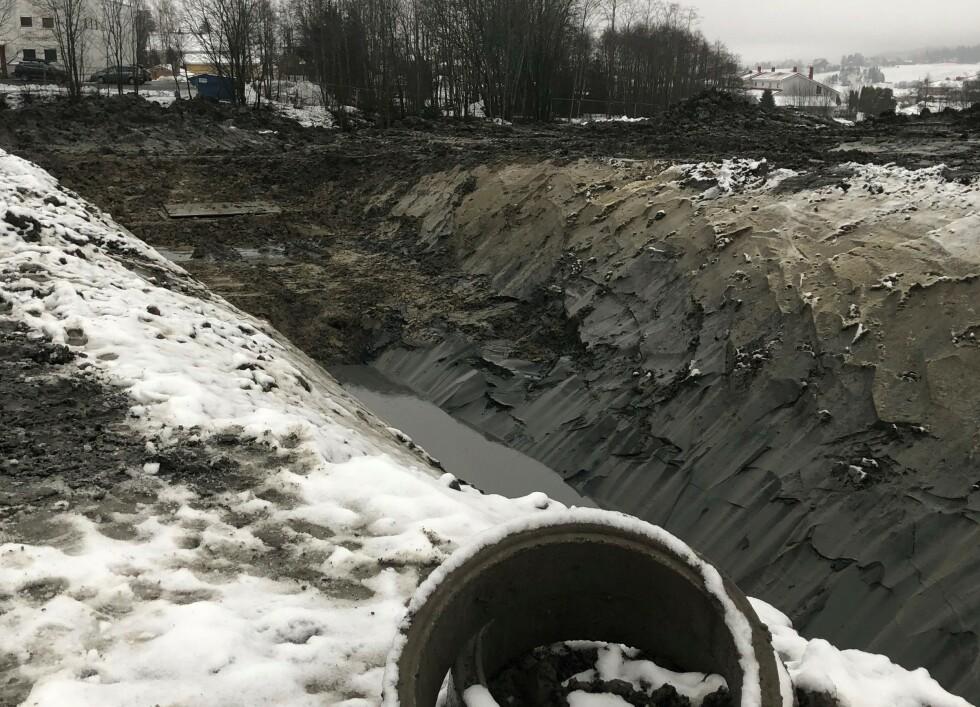 15. november 2020: Ifølge geoteknisk notat skulle skråningene i byggegropa vært gravd med slakere helning, maks 2:1, og spunt (støtte) skulle vært satt når plassen ikke tillater slake skråninger, påpeker Vestvang sameie. Foto: Privat.