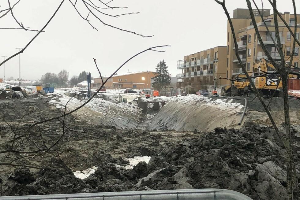 17. desember 2020: VA-grøft som står med altfor bratt skråning mot naboeiendom, mener Vestvang sameie.  Foto: Privat.