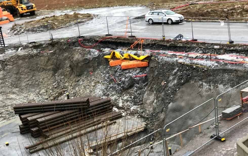 27. desember 2020: Graveskråningen raser ut og høyspentkabler må sikres med «improvisasjoner», påpeker Vestvang sameie. Foto: Privat.