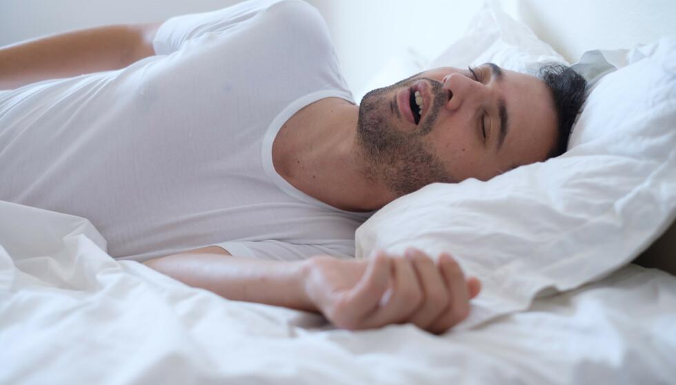 VANLIG: Lett til moderat snorking er vanlig og øker med økende alder. FOTO: Shutterstock