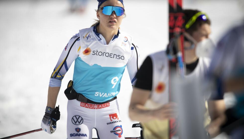 FOKUSERT: Men Linn Svahn har tid til å sende noen stikk til Emil Iversen mellom treningsøktene. Foto: Bjørn Langsem / Dagbladet
