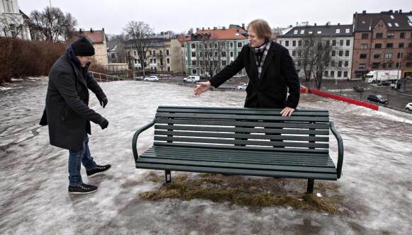 PÅ GLATTISEN: Anders Baasmo og Ragnar Bjerkreim (til h.) er ikke mye tess på blankisen, men under vann er de som to fisker. Foto: Anders Grønneberg