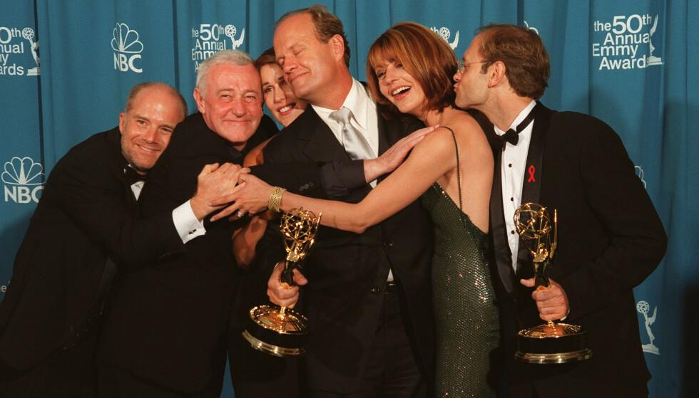 RETURNERER: Kelsey Grammer (i midten) er tilbake som «Frasier» i en ny TV-serie bestilt av strømmetjenesten Paramount Plus. Her er han og flere av medskuespillerne på Emmy-utdelingen i 1998. Foto: Eric Charbonneau / Berliner Studio / NTB