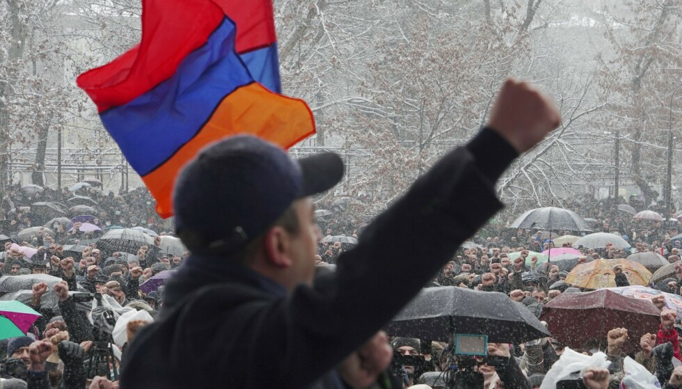 OPPOSISJON: Medlemmer av oppsisjonen under en demonstrasjon som krevde statsministerens avgang 20 februar. Foto: Artem Mikryukov/ Reuters / NTB