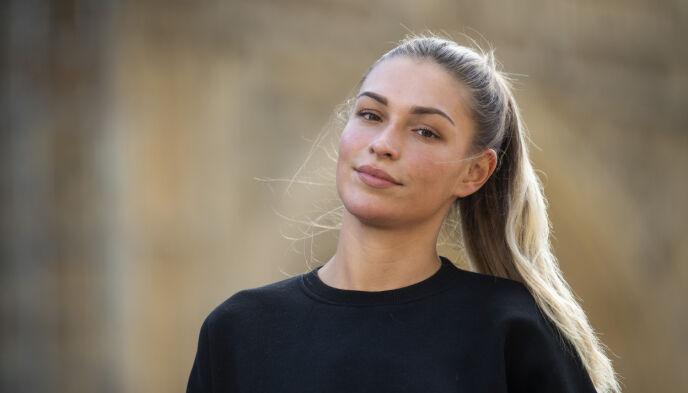 PREGET: Zara McDermott har blitt utsatt for hevnporno to ganger. Her avbildet under en demonstrasjon mot spredning av intime bilder. Foto: Victoria Jones / PA / NTB