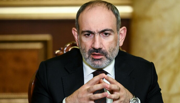 BES GÅ: Statsminister Nikol Pashinyan blir bedt om å trekke seg av landets hær. Selv har han bedt sine støttespillere om å ta til gatene torsdag. Foto: AFP /NTB