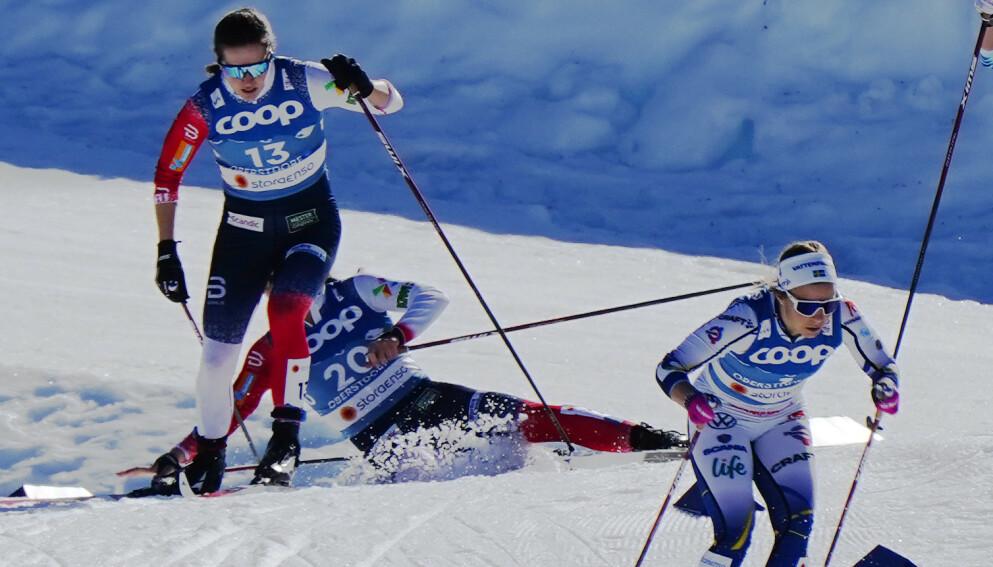 KRASJ: Tiril Udnes Weng og Lotta Udnes Weng gikk inn i hverandre under semifinalen i sprint for damer under VM på ski i Oberstdorf torsdag. Foto: Lise Åserud / NTB