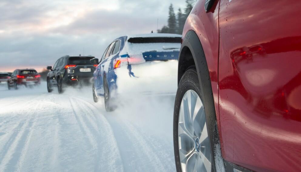 PÅ VEIEN: Høy bakkeklaring og firehjulstrekk er standard på mange SUV-er. Det gir gode kjøreegenskaper på vinterføre. Foto: Mirva Kakko