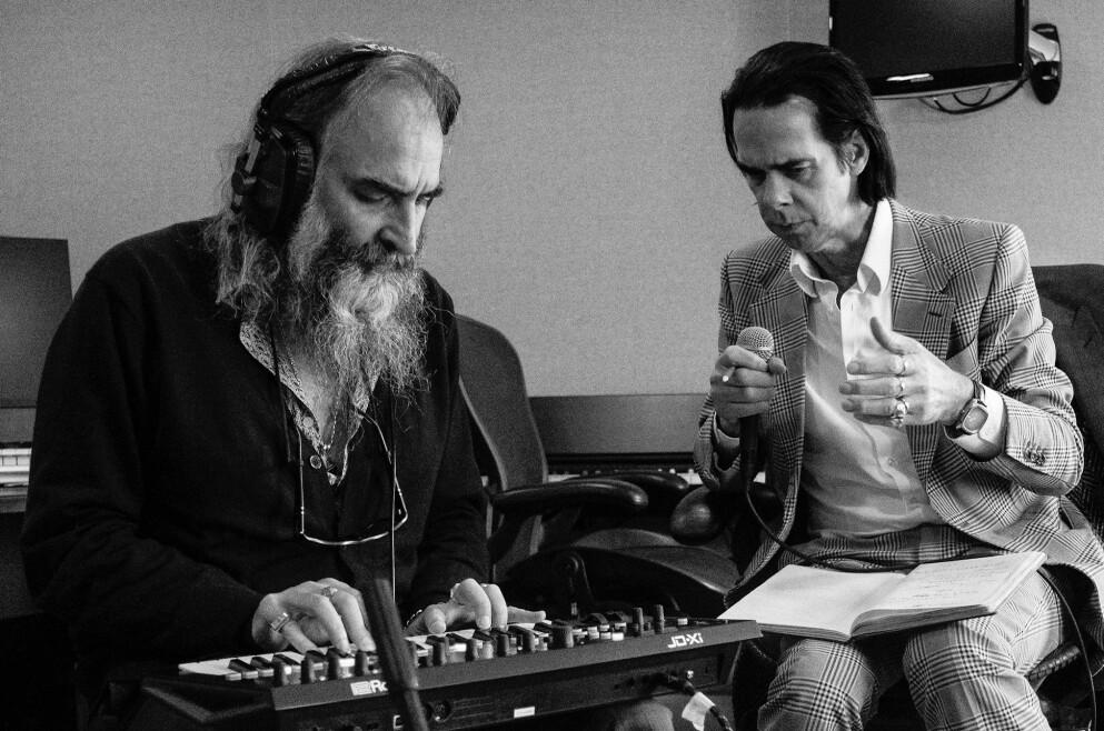 ALBUM-OVERRASKELSE Warren Ellis og Nick Cave overrasket «alle» med albumet «Carnage» i dag. De har gitt ut filmmusikk sammen, men det er deres første hele album som duo. Foto: Joel Ryan