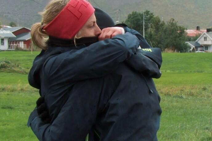 TUNGT: Fay Wildhagen var først ute med å klemme Astrid Uhrenholdt Jacobsen. Foto: TVNorge