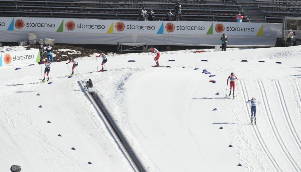 LANGT BAK: Oskar Svensson tok en råsjanse i finalen, men var langt bak da VM-sprinten skulle avgjøres. Foto: Bjørn Langsem / Dagbladet