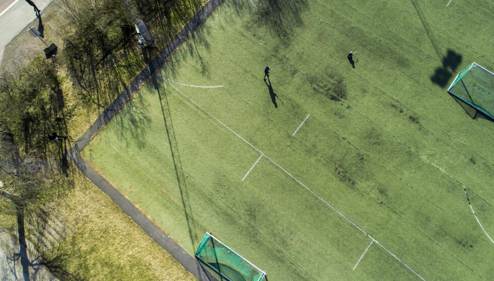 GJENÅPNING: NFF mener at myndighetene bør gjenåpne utendørstrening i breddefotballen. Her fra Voldsløkka i Oslo da landet ble stengt ned i mars 2020. Foto: Tore Meek / NTB