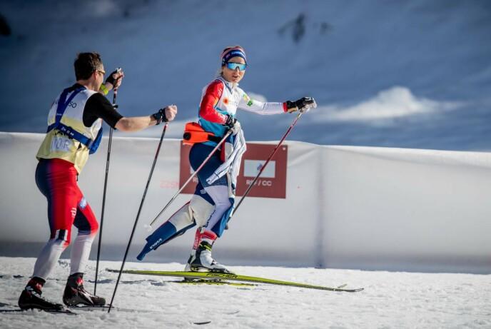 NYTER SOLA: Therese Johaug under trening i skiløypene i Oberstdorf. Foto: Bjørn Langsem