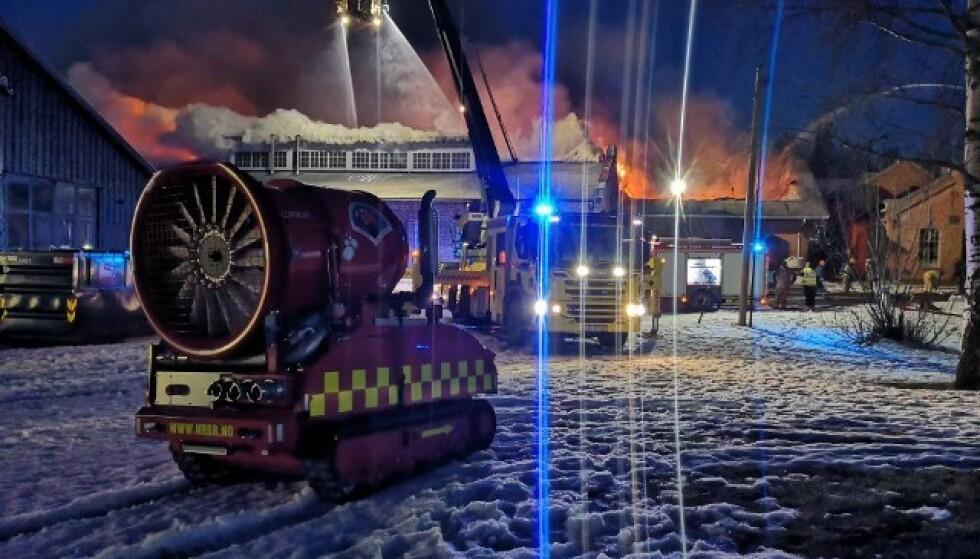 HJALP MED SLUKKINGEN: Nedre Romerike brann- og redningsvesen melder at de bisto med slokkerobot. Foto: Nedre Romerike brann- og redningsvesen
