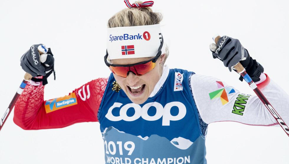 BLE STÅENDE: Therese Johaug ble taklet av Frida Karlsson, men ble stående på beina etter hun suste i mål til VM-gull. Foto: Bjørn Langsem / Dagbladet