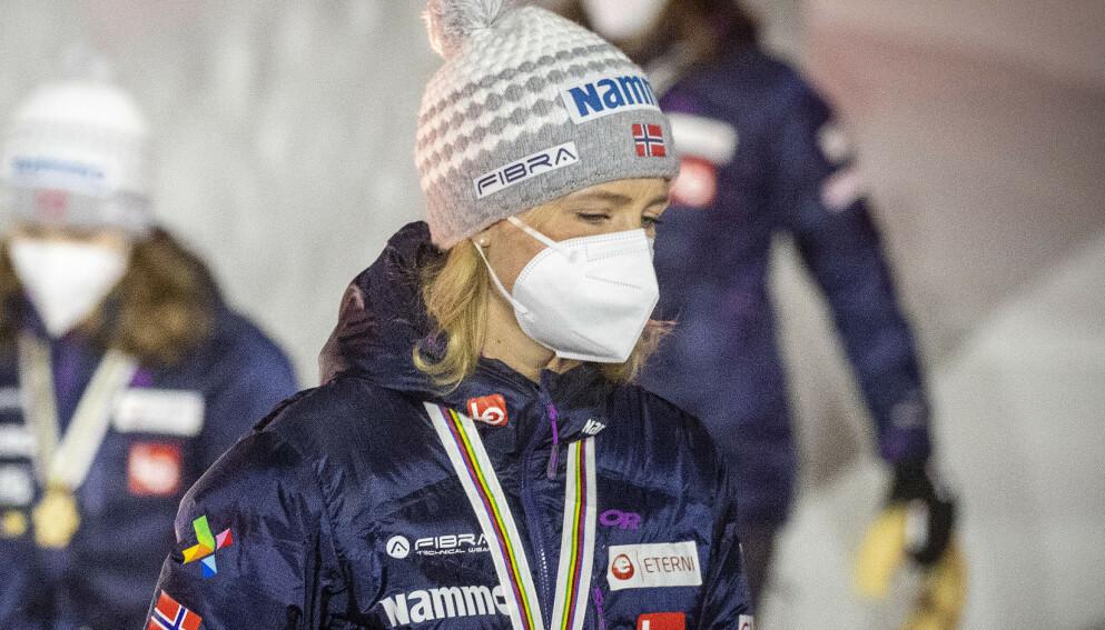 MEDALJESEREMONI: Maren Lundby og hoppjentene mottok bronsemedaljene fra lagkonkurransen under en seremoni i Oberstdorf lørdag kveld. Foto: Bjørn Langsem