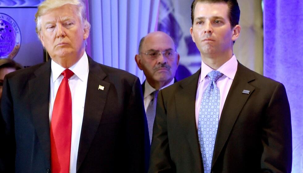 TREKKES FRAM: Donald Trump sammen med sønnen Donald junior og regnskapsføreren sin, Allen Weisselberg (i midten). Foto: Timothy A. CLARY / AFP