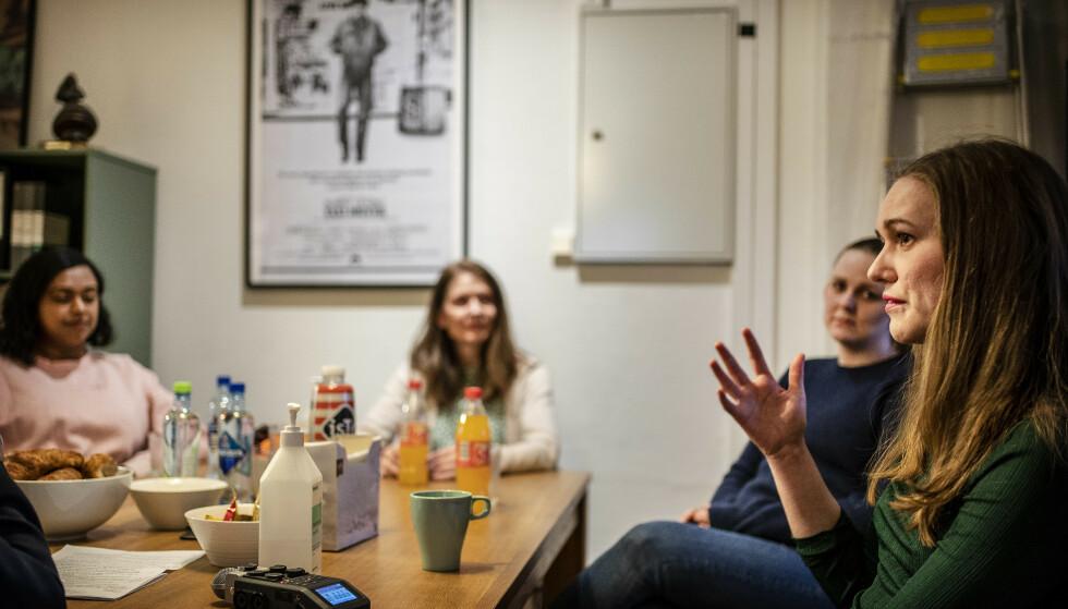 IKKE GLEMME: -Arrene, på samme måte som kulehullene i kafébygget og i regjeringskvartalet, er vern mot konspirasjoner om at det ikke skjedde, at det ikke var så brutalt, sier Ina Libak (til høyre). Fra venstre Kamzy Gunaratnam, Aslaug Holm og Renate Tårnes. Foto: Hans Arne Vedlog/Dagbladet.