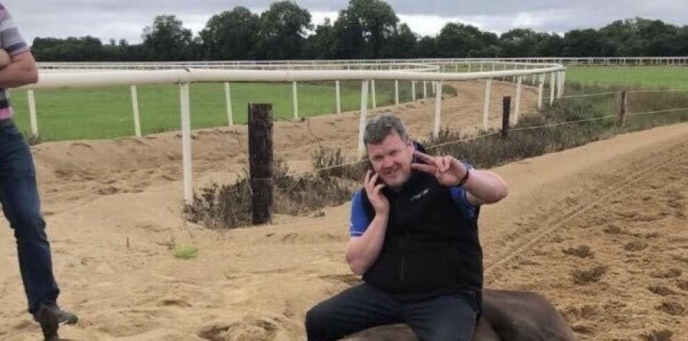 BEKLAGER: Gordon Elliott sittende på hesten som døde av hjerteinfarkt på galopp-banen. NB! Se hele bildet nederst i artikkelen. Foto: TWITTER @watch_walfare