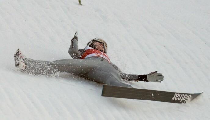 SKLIR NEDOVER: Den ene skien løsnet i fallet. Foto: Bjørn Langsem