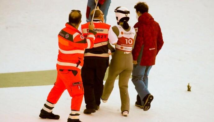 FIKK HJELP: Hopperen ble støttet ut av bakken, men klarte å gå på egne bein. Foto: Bjørn Langsem