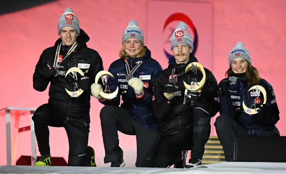 SØLVGJENG: Norge fikk i kveld utdelt sølvmedaljene fra miks lagkonkurranse søndag. Fra venstre: Halvor Egner Granerud, Maren Lundby, Robert Johansson og Silje Opseth. Foto: AFP / NTB