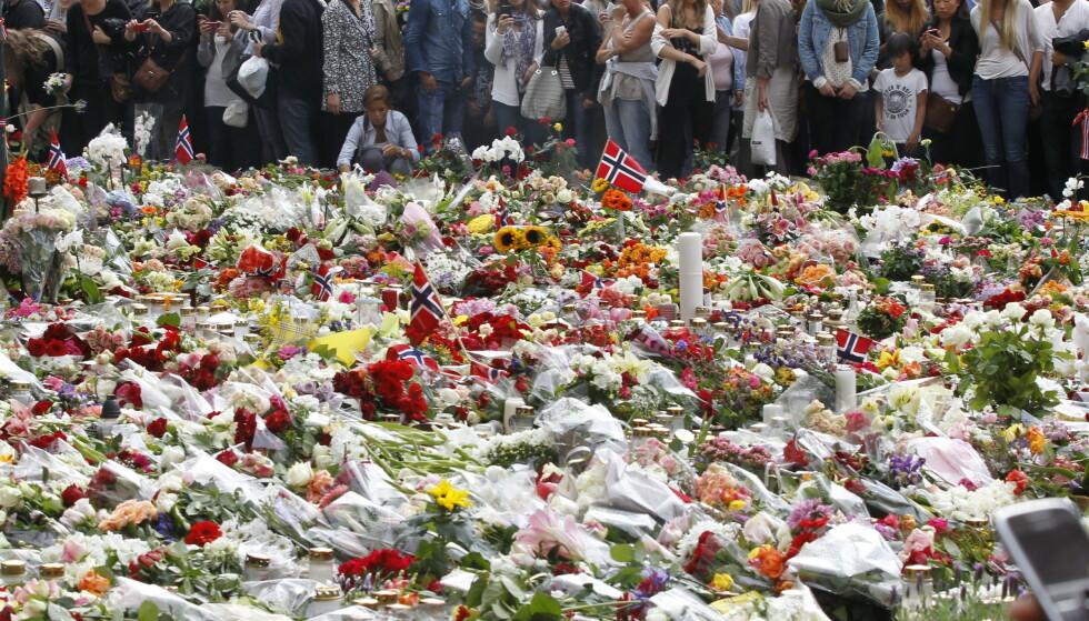 SVARTE MED ROSER: Blomsterhavet foran Domkirken i Oslo var et uttrykk for det norske folks reaksjon etter terrorangrepene mot regjeringskvartalet og mot AUF på Utøya. Foto: Holm Morten / Scanpix