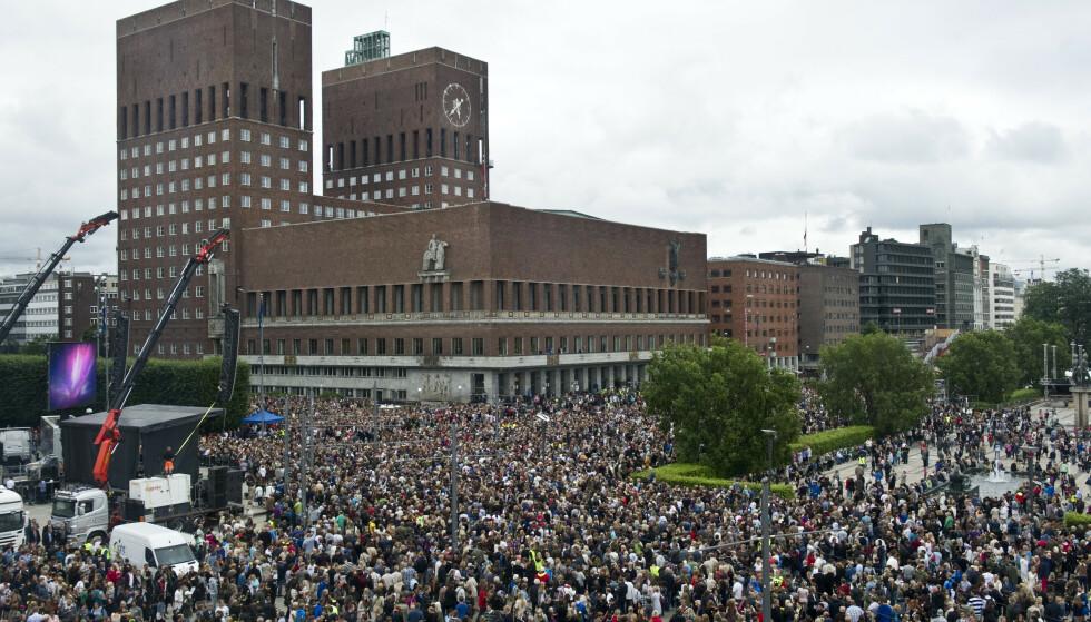 ROSETOG: En million mennesker over hele Norge gikk i rosetog for å hedre ofrene etter terrorangrepet 22. juli. Men er vi enige om hva som skjedde den dagen? I forbindelse med tiårsmarkeringen kommer en rekke bøker som etterlyser debatten som forsvant. Foto: Aleksander Andersen / Scanpix