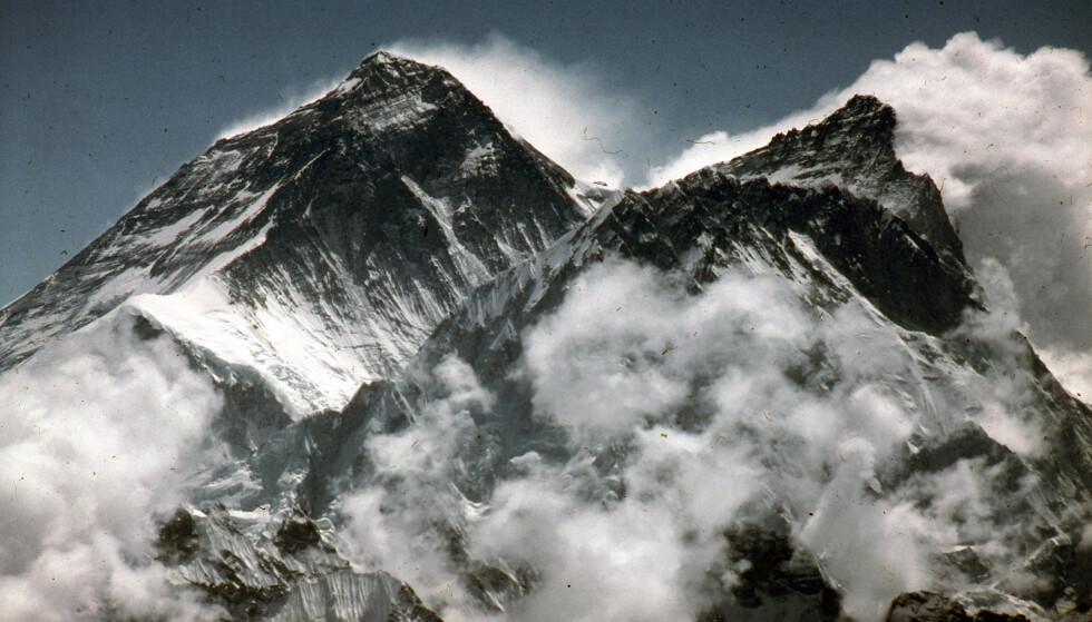 FORHEKSENDE: Mount Everest, verdens høyeste fjell, har bergtatt mennesker helt siden første halvdel av 1800-tallet, da det først ble kartlagt. Mer enn 300 fjellklatrere har endt sitt liv her, i forsøket på å nå toppen.