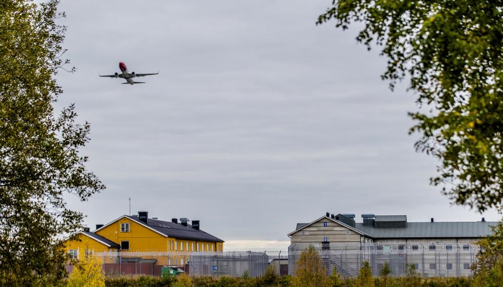Mogreina 20190926.  Et fly fra Norwegian over politiets utlendingsinternat på Trandum. Foto: Stian Lysberg Solum / NTB
