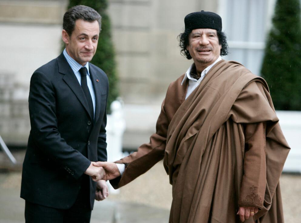 FARLIGE VENNSKAP: President Nicolas Sarkozy tok imot Libyas hersker, Moammar Kadhafi, i Elysée-palasset i 2007. Kadhafi skal ha hjulpet ham med millioner av euro i valgkampen.. Fire år seinere ledet Sarkozy det militære felttoget som felte og drepte Kadhafi. Foto: AP / NTB /François Mori