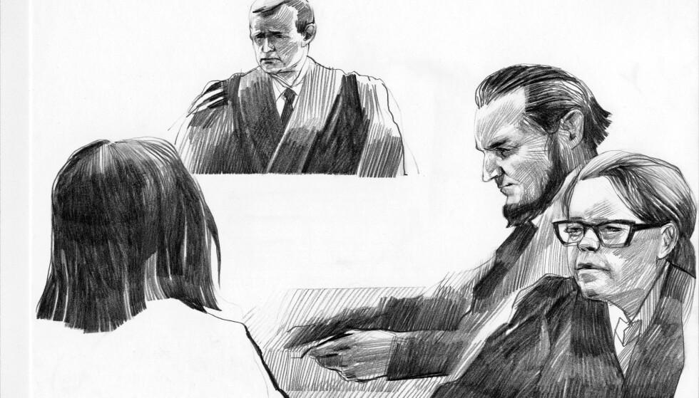 I RETTEN: Den tiltalte kvinnen foran sine forsvarere til høyre og dommer Ingmar Nestor Nilsen foran. Tegning: Esther Bjørneboe / NRK