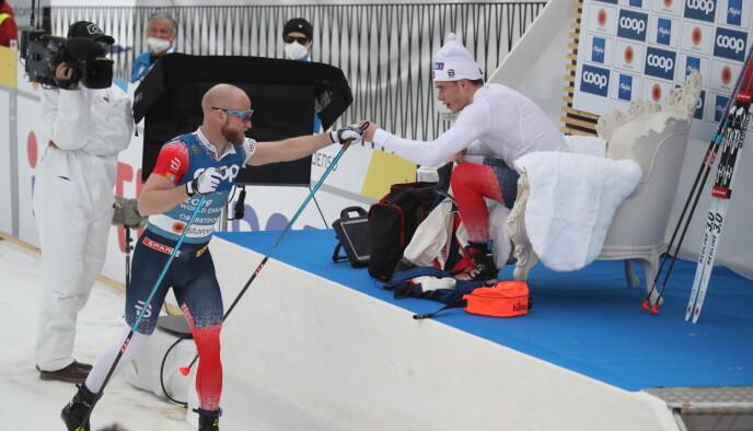 GRATULERER: Johnsrud Sundby var en av de første som gratulerte onsdagens bronsevinner Harald Østberg Amundsen. Foto: Bjørn Langsem / Dagbladet
