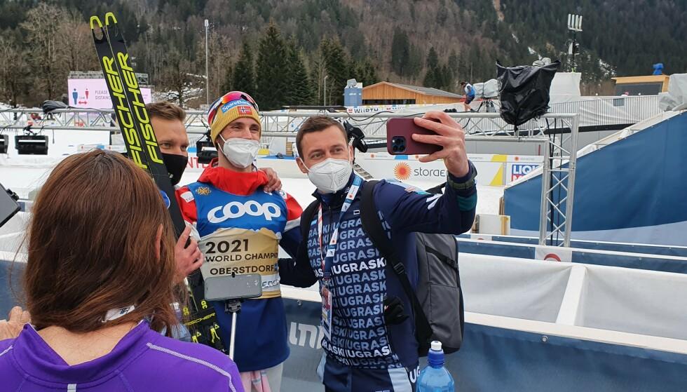 SKRYT: Aleksandr Legkov tok en selfie med gullvinner Hans Christer Holund og kom med noen velvalgte ord: - På den siste halvdelen var han ekstremt raskt. Han er gal. Det samme er Krüger, og Amundsen er en ny stjerne, forklarer Legkov.