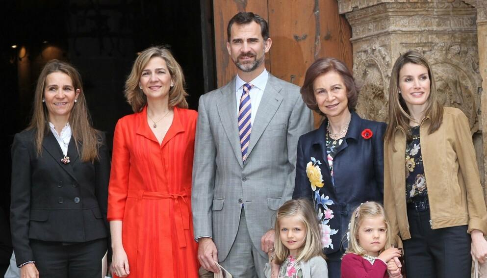 KRITKK: De to spanske prinsessene Elena og Cristina (t.v.) har mottatt coronavaksine. Det er imidlertid ikke uten kritikk. Her avbildet med den spanske kongefamilien. Foto: Image Point/REX/NTB